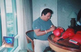 Roberto Duran Signed Auto Everlast Boxing Glove